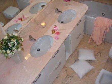 Rivestimento e top bagno in marmo rosa portogallo aurora sironi