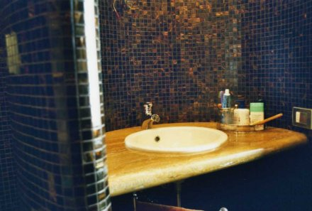 Top bagno in Travertino Giallo e parete in Bisazza  SIRONI MARMI