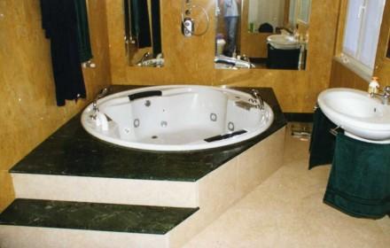 Bagno in marmo Giallo Reale, Botticino, Verde Guatemala  SIRONI MARMI