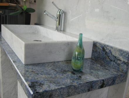 Lavabo in marmo bianco carrara con piano bagno in azul - Bagno piano marmo ...