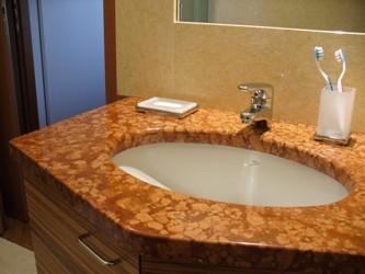 Top bagno marmo rosso verona e rivestimento in giallo egizio